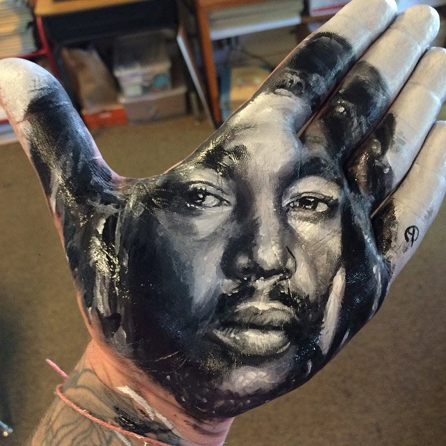 Artista pinta imponentes retratos realistas en su mano y los estampa sobre el papel