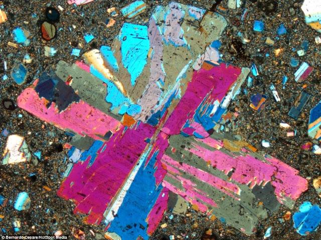 Batu kerikil dilihat bawah mikroskop nampak warna-warni