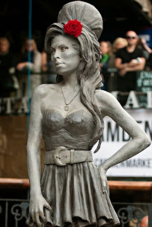 Amy Winehoue estatua