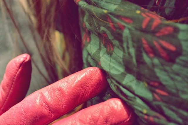 Veľa lásky v Novom roku_Katharine-fashion is beautiful_Sivé džínsy_Ružový rolák_Ružové kožené rukavice_Katarína Jakubčová_Fashion blogger