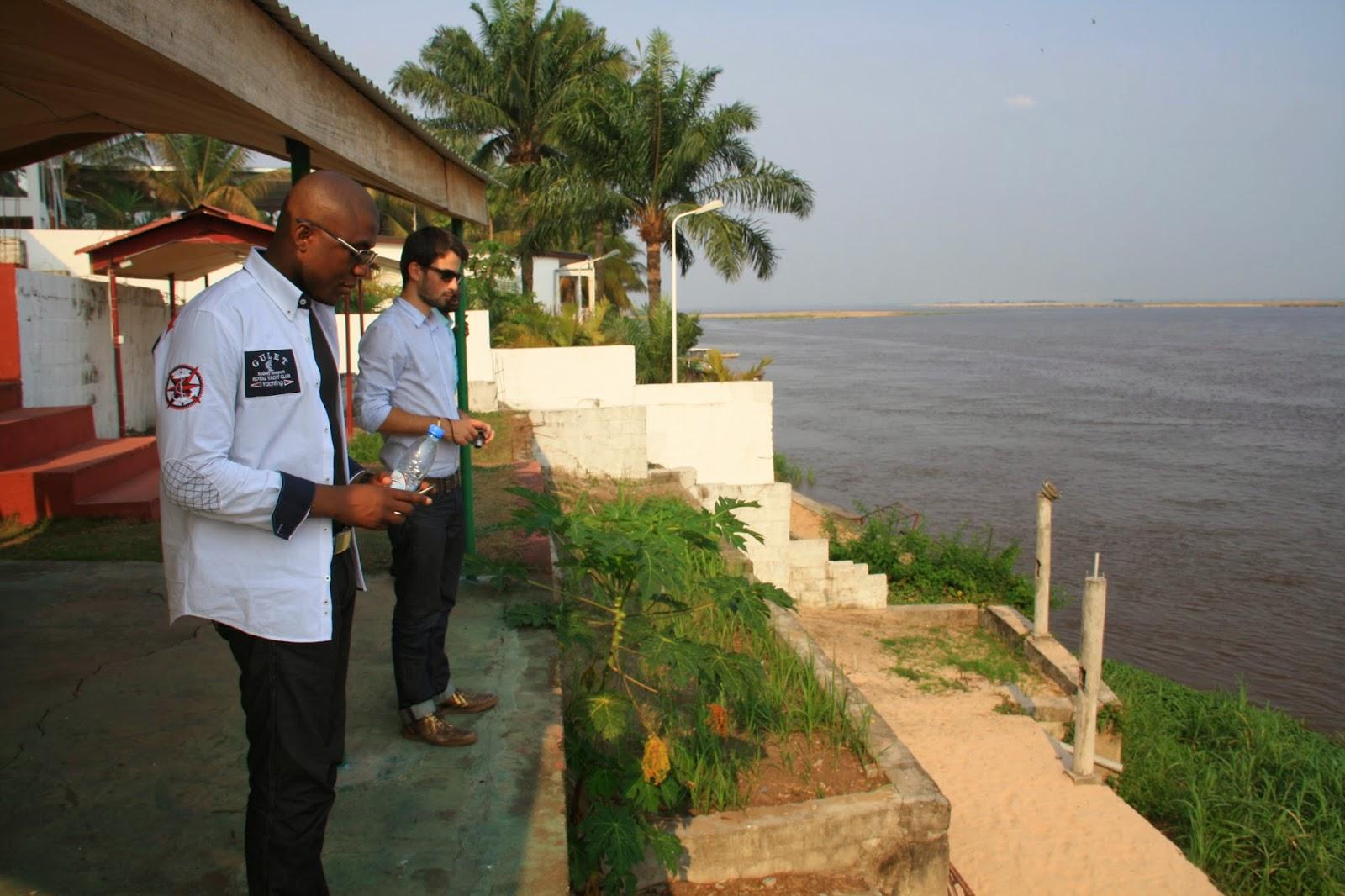 Sur les rives du fleuve congo qui sépare Brazzaville et Kinshasa