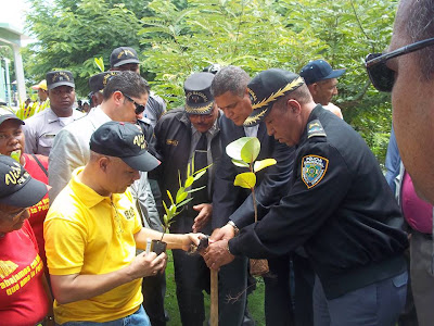 El día 3 del 14 aniversario de Vida FM: Siembra de árboles con el Jefe de la Policía, venta del INESPRE y entrega de certificados a anotadores