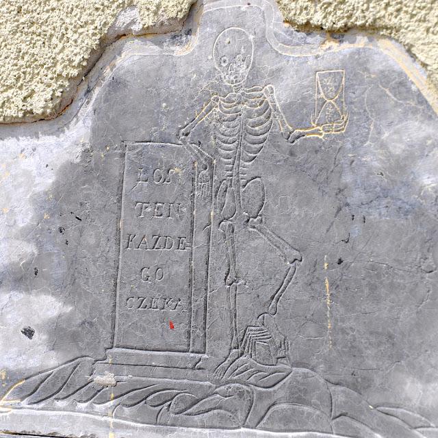 Końskie, fragment marmurowej płyty wmurowanej w północną ścianę kościoła p.w. św Anny i św. Jana Chrzciciela. Fot Bartłomiej Woźniak.