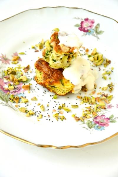 frittata di zucchine con gouda, pistacchi e salsa greca