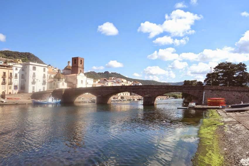 Le fleuve Temo et la ville de Bosa en Sardaigne