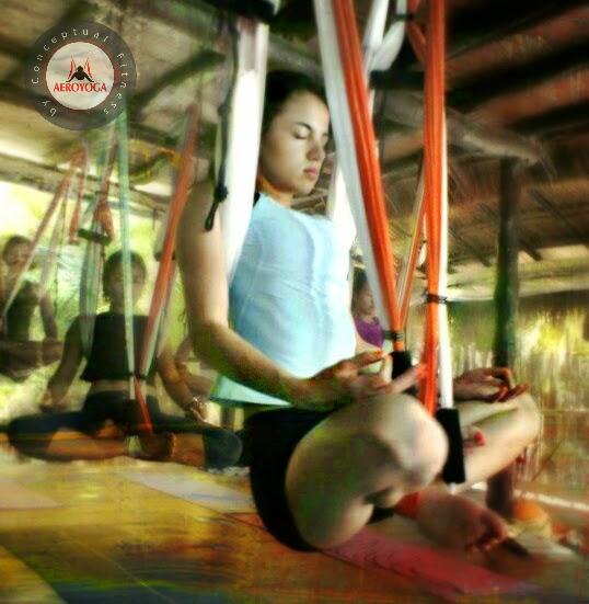 trapecio yoga, La Postura del Aero-Padmasana Permite Trabajar en Profundidad Corazón, Vientre y Respiración
