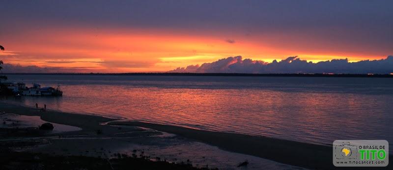 Pôr-do-So na baía do Guajarál visto a partir da orla de Icoaraci, em Belém - Pará