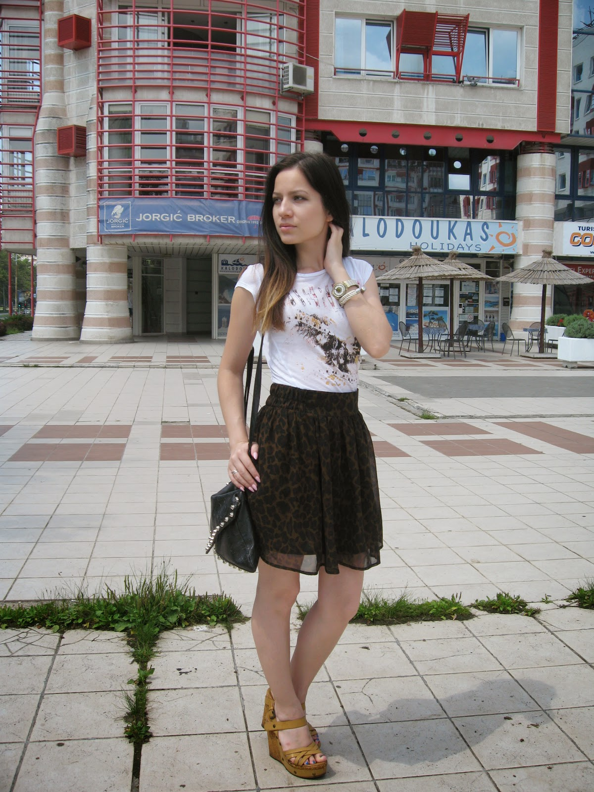 beige wedge sandals, tally weijl leopard print skirt, terranova white tee with a print, ombre hair, black studded clutch, casual look