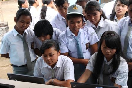 Para siswa asyik menjelajah di dunia maya