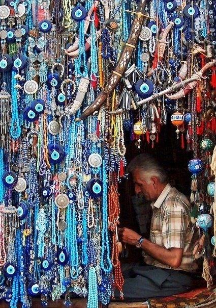 Si habéis estado en algún mercado turco por ejemplo, esta imagen de miles de ojos turcos es más que habitual. Pero también es común verlos en dentro de las