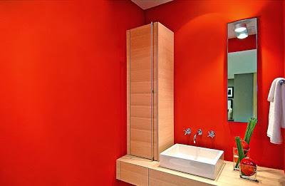 Cuarto de baño moderno de color rojo y madera