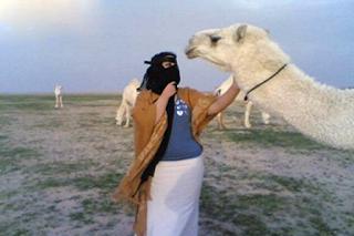 قبلة زوجة سعودية لـ قعود تشعل خلافاً بين عائلتين ينتهي بالقضاء!