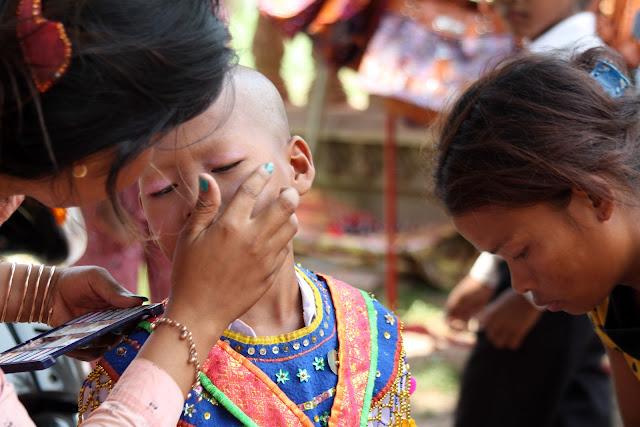 Suite en photos de la visite de CGF Foundation à la pagode de Wat Kraya. Ci-dessous quelques photos de la préparation des novices pour la première cérémonie. Photos par Christophe Gargiulo, avec l'aimable autorisation de CGF Foundation. Lire le 1er article : Les moines actifs de Wat Kraya.