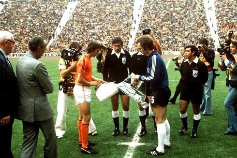 Capitães  Franz Beckenbauer e Johan Cruijff  se cumprimentam antes da final de 1974