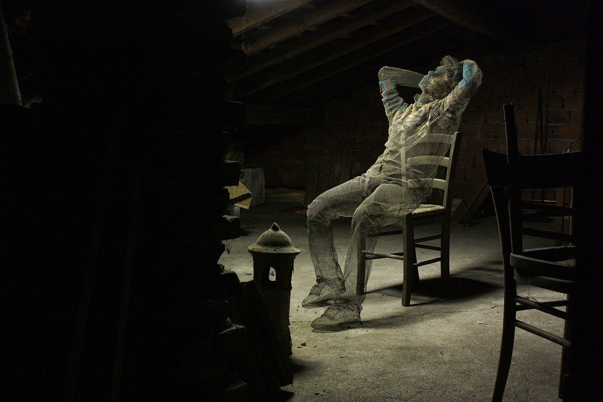 04-About-a-thought-Edoardo-Tresoldi-Chicken-Wire-Sculptures-of-People-Frozen-in-Time-www-designstack-co