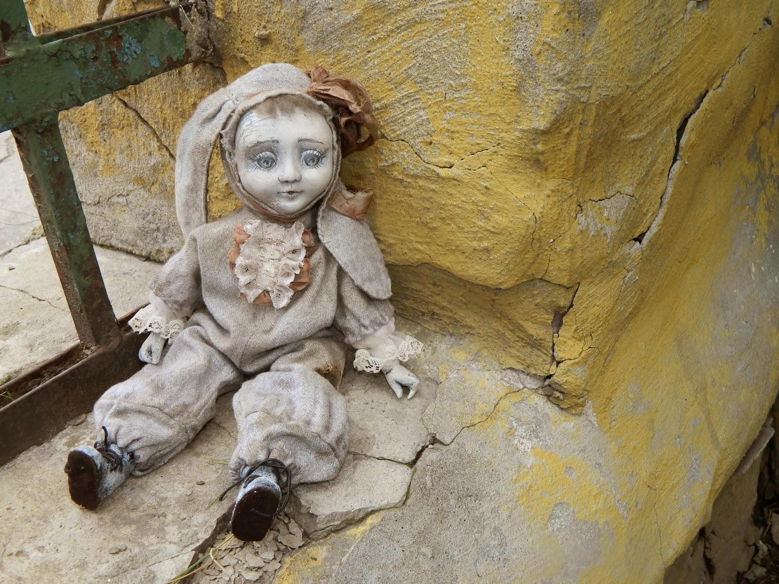 брошенная кукла под дождем