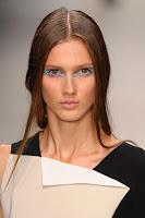Прическа с прибрана сплетена коса на Pierre Braganza