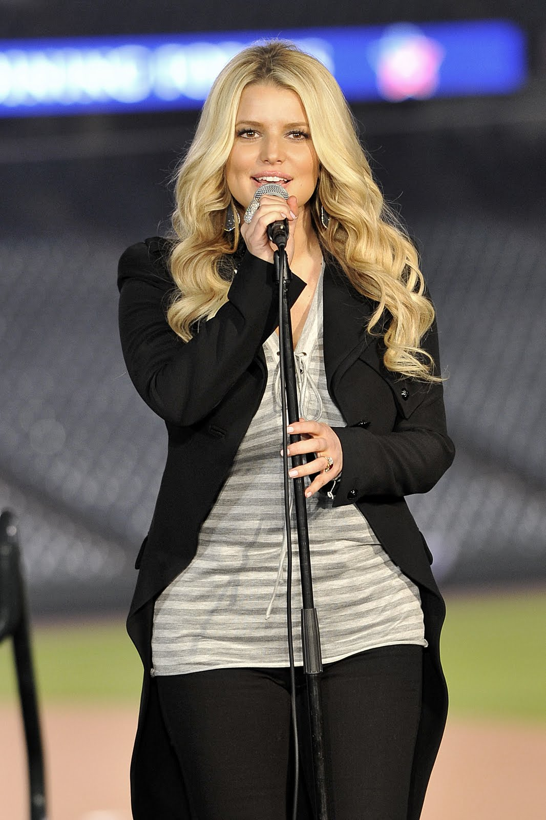 http://4.bp.blogspot.com/-MSbwbvzxyBY/Tjq-Gk_mrZI/AAAAAAAAAY0/rtGyS_v67D4/s1600/Jessica_Simpson_Joining_Forces_with_the_Rockies_April_2011.jpg