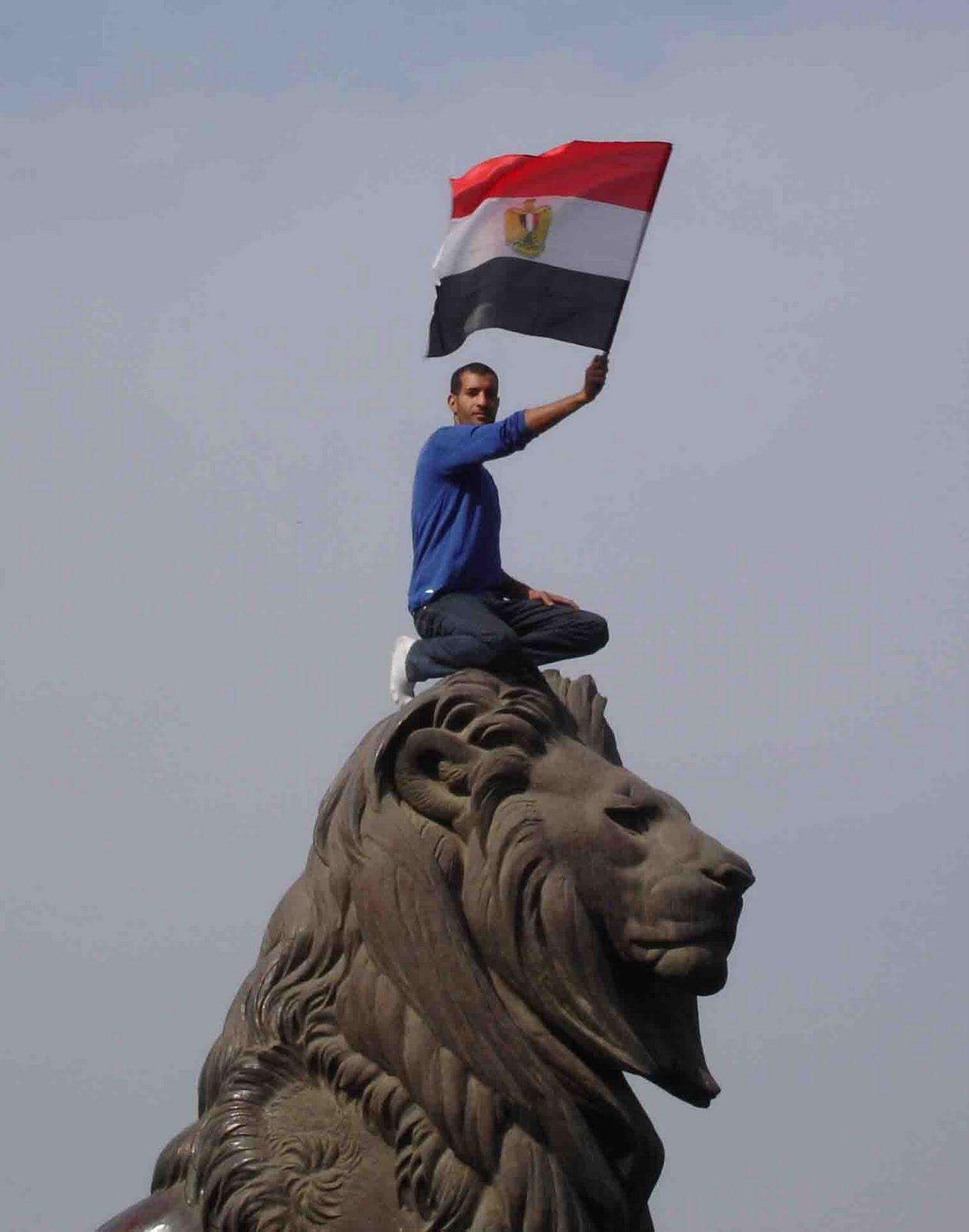 صور أرشفية من قلب أحداث الثورة The_lion_of_Egyptian_revolution_Qasr_al-Nil_Bridge