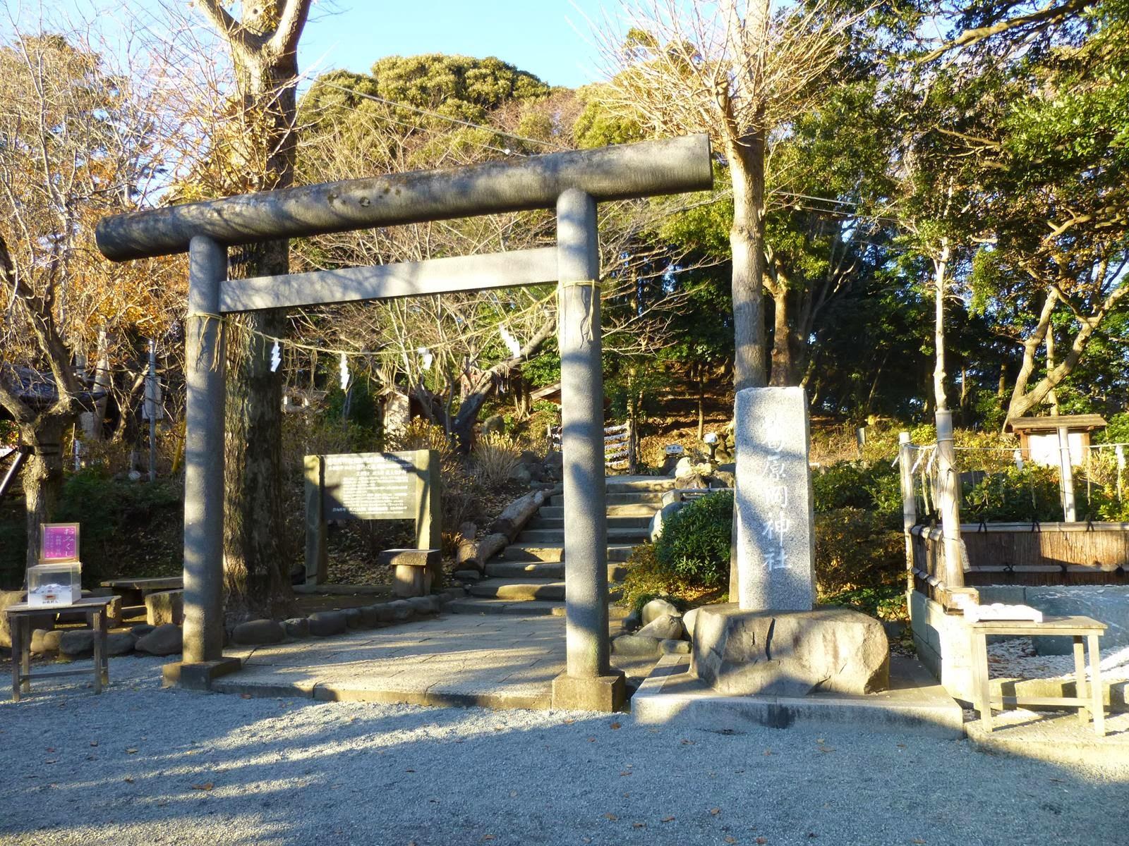 緑あふれる山道を進んでいるうちに、源氏山公園に入りました。写真の神社は... いざ!!鎌倉巡検