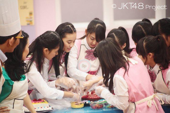 Foto JKT48 sedang memasak