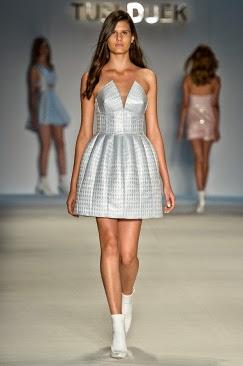faff1b5b3 Alguns vestidos apresentam volume na saia, em um estilo lady like.