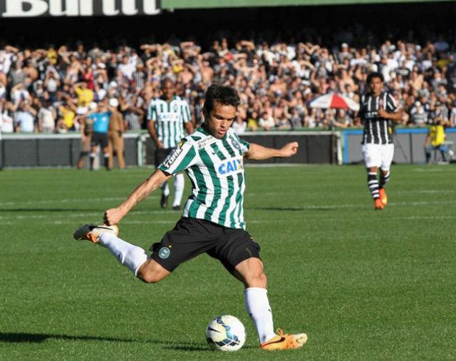 Lateral invadiu o vestiário para escrever no quadro da comissão técnica 4 a 1 para o Palmeiras (Foto: Coritiba F.C./Divulgação)