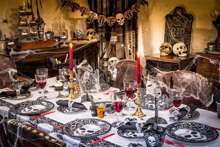 Decoracin de mesas para fiestas de Halloween con calaberas y otros