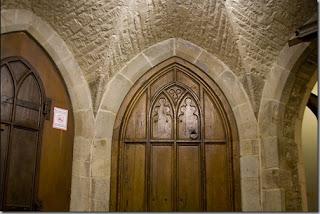 アトランティック・カレッジ (英国)地下室の女子トイレのドア 中に入ると独房みたい