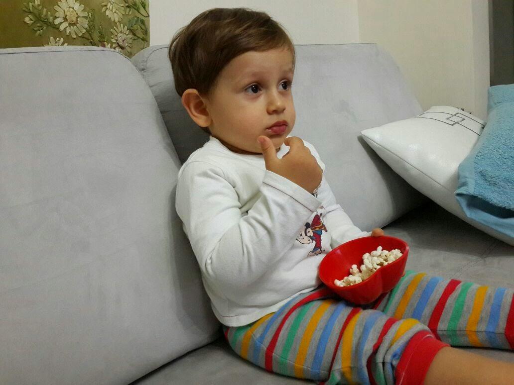 televizyon izleyen bebek