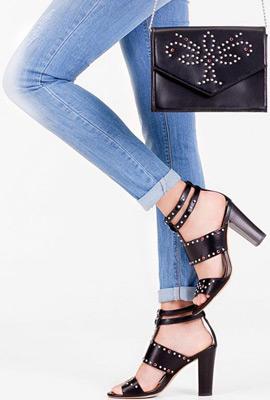 Stradivarius bolso tachas negro y sandalias tacón negras