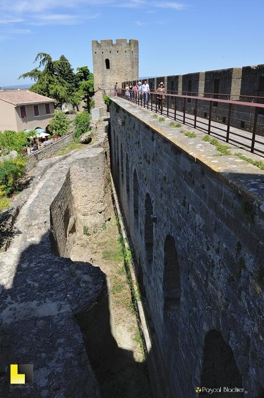 Valérie blachier suivie sur les remparts de Carcassonne photo pascal blachier