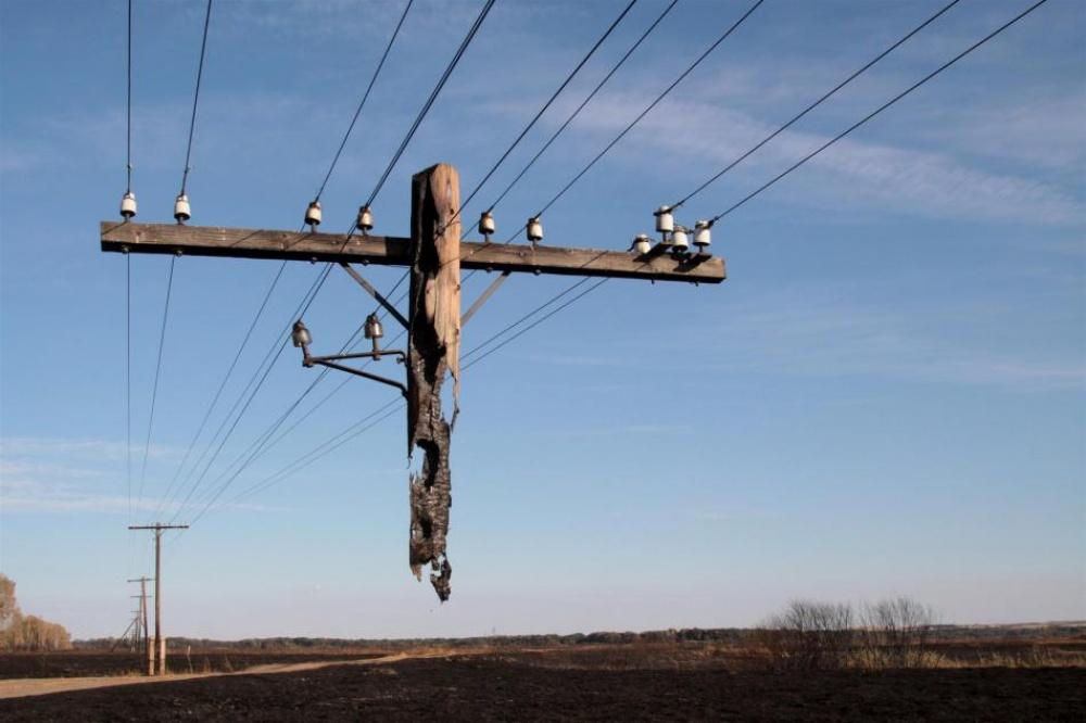 Poste que não foi completamente queimado após um incêndio em Rudnya, na Rússia