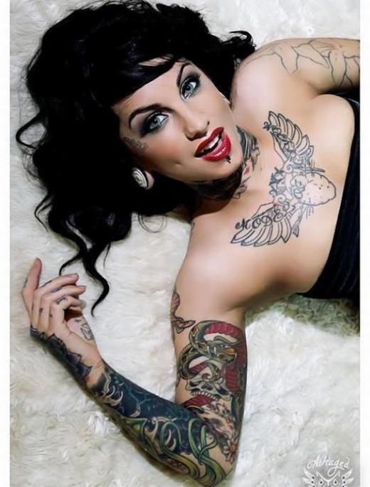 Tatuagens femininas ousadas no peito e no braço