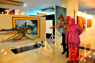 walikota surabaya mengamati salah satu lukisan