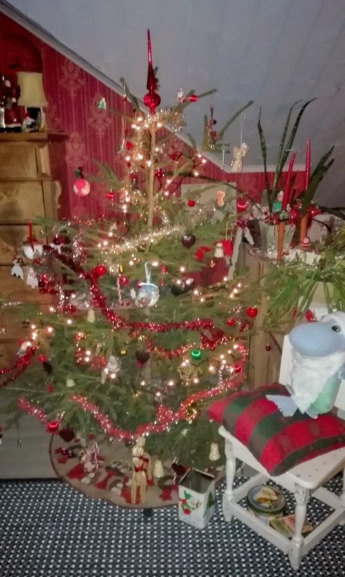 Lasten koristelema pieni, aito joulukuusi.