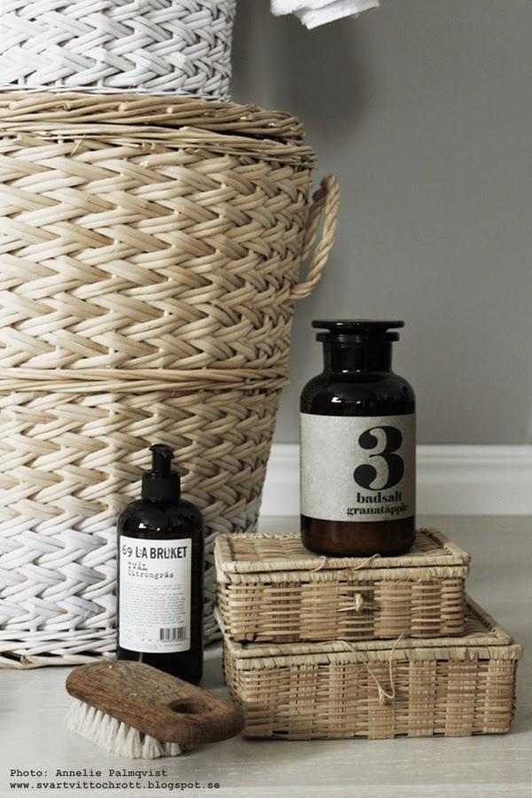 tvättkorgar, tvättkorg, tvättkorgen, tvätt, korg. korgar, vitt och natur, naturfärgat, naturfärgad, sprayfärg, diy, badsalt, lilla bruket, naturborste,
