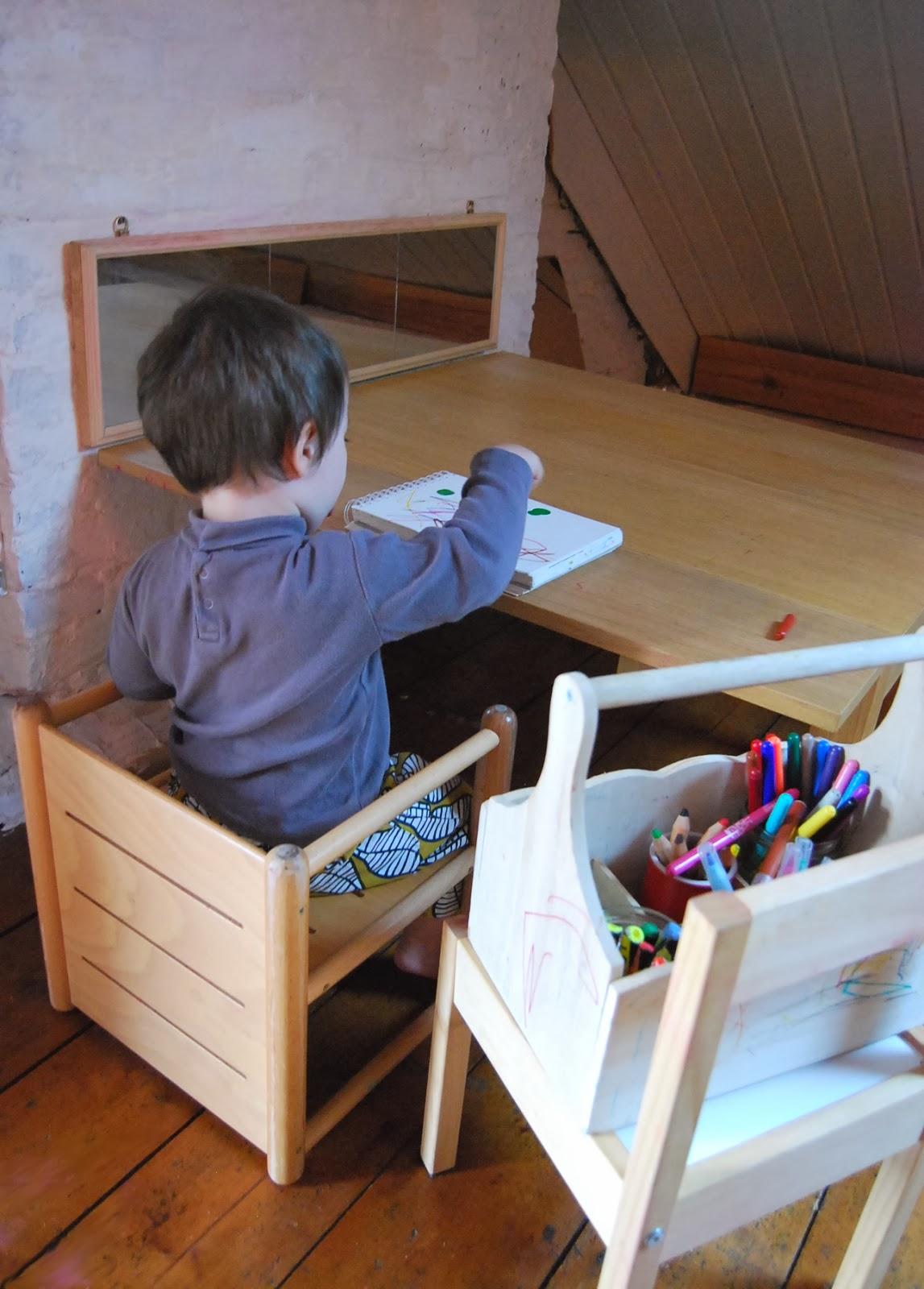 Merci qui merci montessori notre atelier - Table qui se replie contre le mur ...