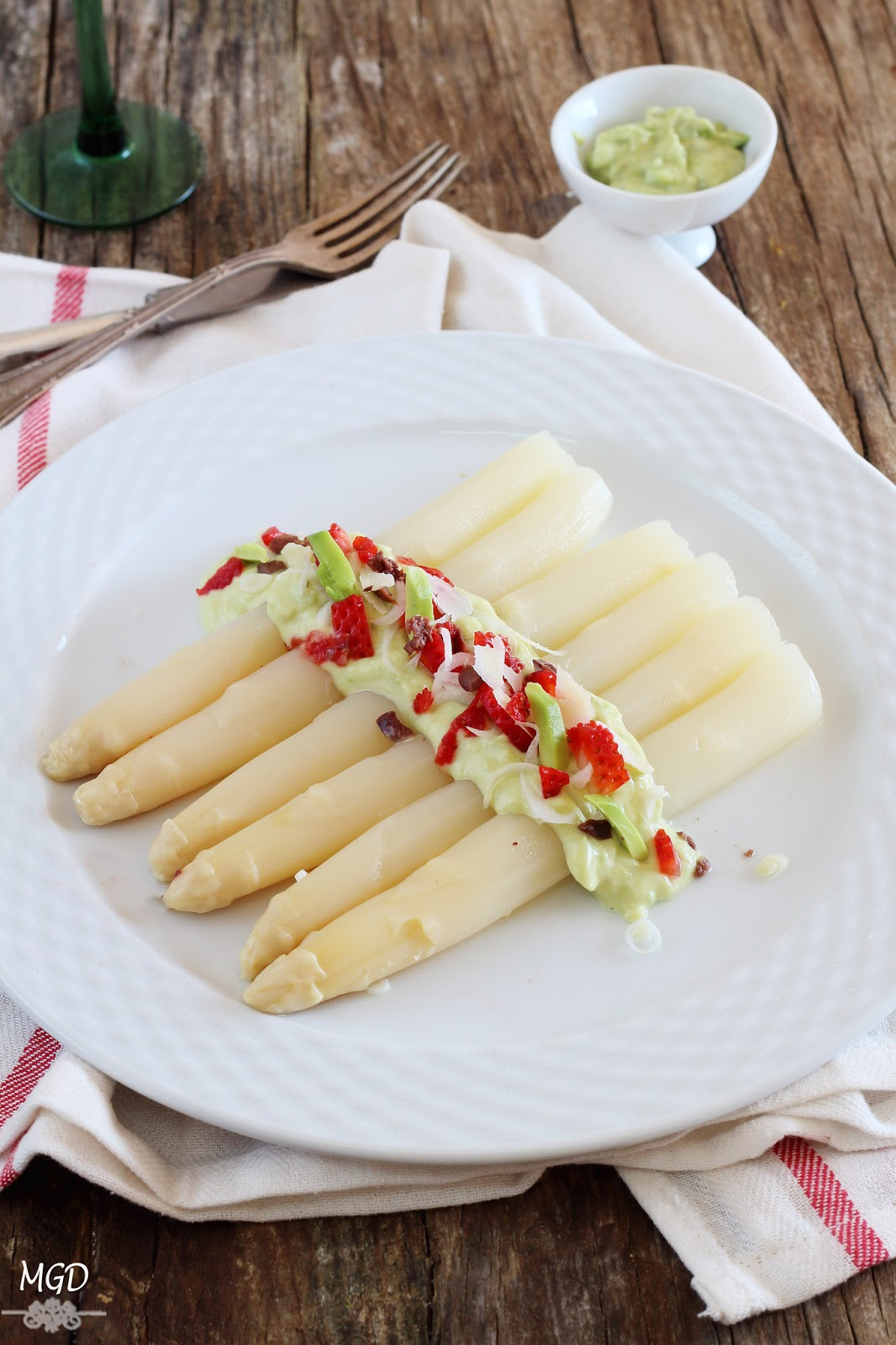 Esparragos blancos con fresas y mayonesa de aguacate
