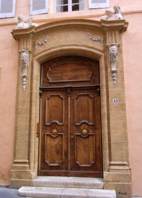 Alte edele Tür in Frankreich, Haustür aus Holz, eingefaßt in Sandstein