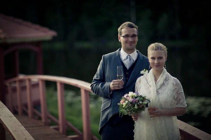 Een gelukkig bruidspaar met een Haapsalu shawl.