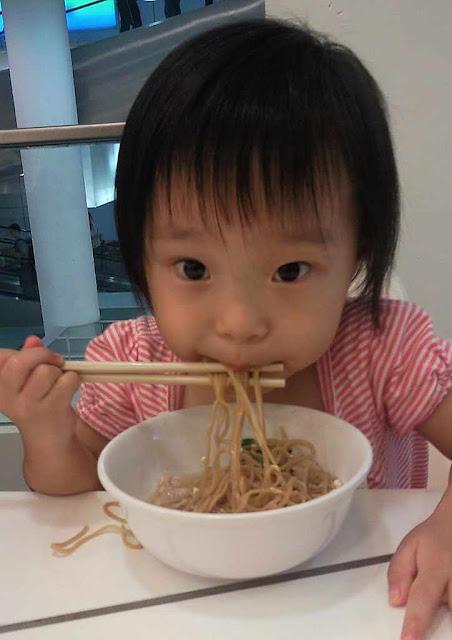 Menina comendo com palitos ameaçaria a supervivência do planeta