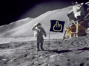Cette image, cette photo, montre un homme en tenue de cosmonaute, ou d'astronaute, puisque le terme de cosmonaute a été appliquée pendant la guerre froide aux russes allant dans l'espace, un américain qui pose avec le drapeau an faisant le salut militaire. Or, ici, le drapeau américain a été remplacé par un drapeau arborant sur fond noir un magnifique doigt d'honneur aux contours jaunes. Cette image symbolise le refus de tout sentiment patriotique, tourne en ridicule le patriotisme en général, sentiment qui n'a pas lieu d'être et incompréhensible pour l'auteur du poème et du détournement photographique.