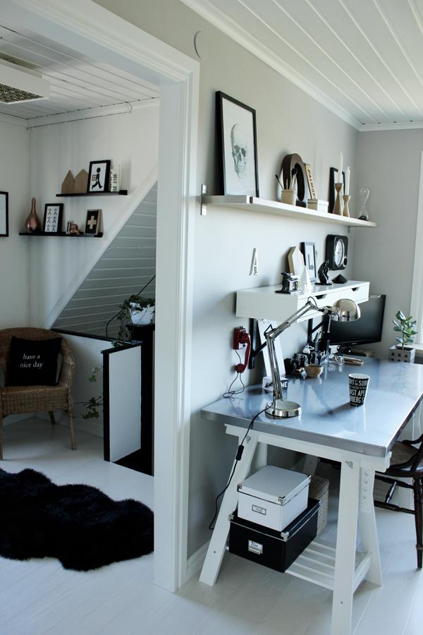 inredning i svart och vitt, kudde med svart korp, inredningstips, inspiration hall och arbetsrum, hm