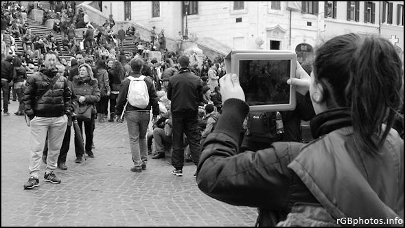 Fotografia di una fotoricordo con tablet in Piazza di Spagna
