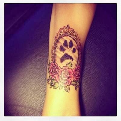 Significados da tatuagem de pata de cachorro com flores no pulso