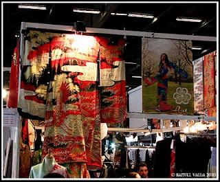 Kimono avec des couleurs or et rouge exposé sur un stand