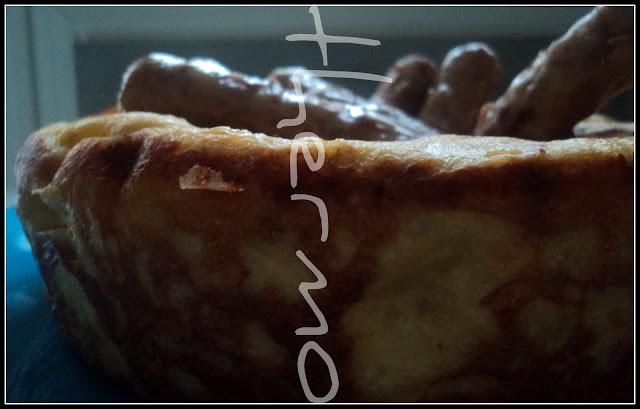 Corona de tortilla de patatas al ajo con salchichas al vino receta casera