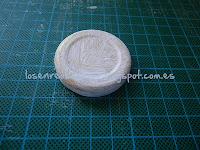 Tapa metálica con mano de gesso blanco