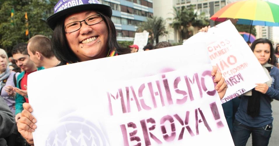 Participante carrega cartaz contra o machismo durante a 10ª Caminhada de Lésbicas e Bissexuais. O tema deste ano da manifestação é 'Discutindo e Celebrando as Relações entre as Mulheres' (Foto: Fernando Donasci)